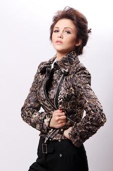 Привлекательная женщина кожи куртки