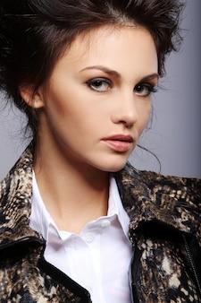Портретная привлекательная женщина в кожаной куртке