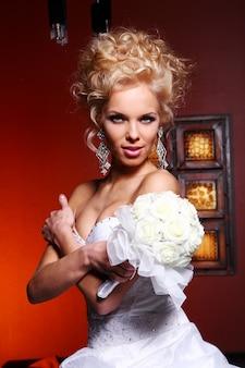 若くて美しい花嫁のウェディングドレス