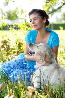 犬と魅力的な女性