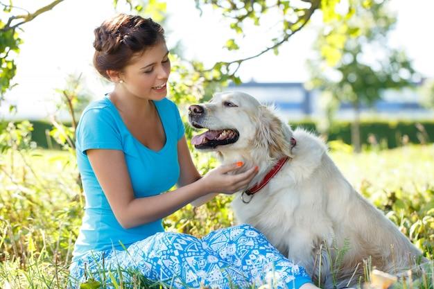 Привлекательная женщина собаки