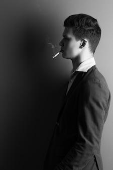 タバコを持つハンサムな男