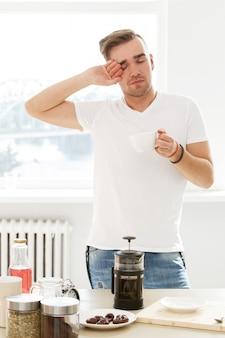 家、朝。コーヒーカップを持つ男