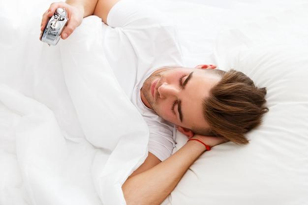 ベッドで若い男