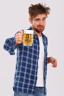 アルコール。ビールと青いシャツの男