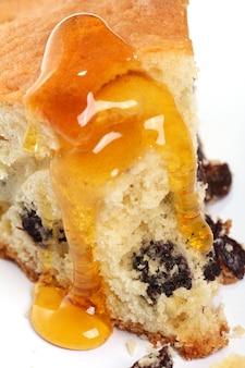 Кусок свежего торта с медом
