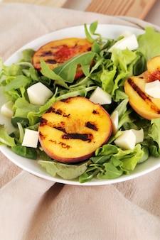 Салат с жареными персиками, рукколой и сыром моцарелла