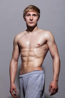 裸の胴体でポーズハンサムな男