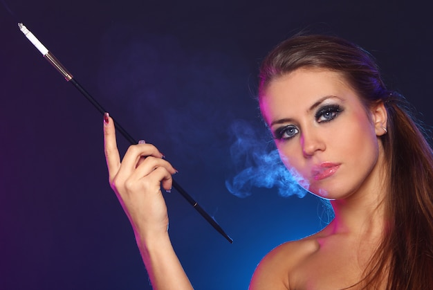 Красивая женщина курит сигарету