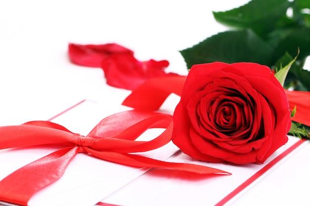 赤いバラと休日の封筒