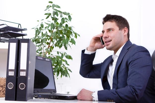 Успешный бизнесмен с помощью мобильного телефона