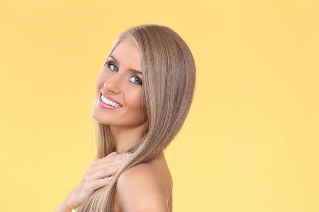 美しい金髪の女性