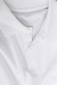 テーブルの上の白いシャツ