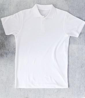 Белая рубашка на столе