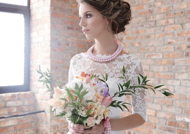Невеста в ее свадебном платье
