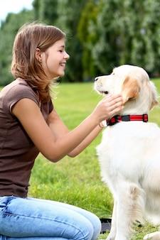 彼女の犬を持つ若い女性