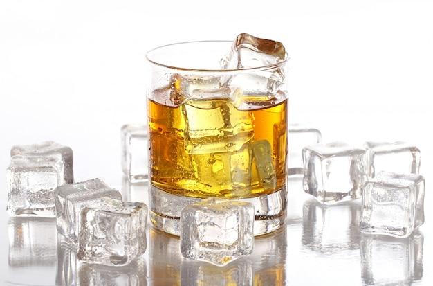 冷たいウイスキーとグラス
