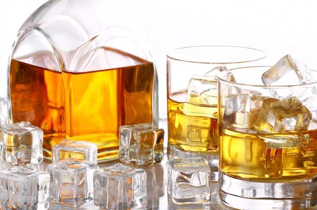 冷たいウイスキーと氷