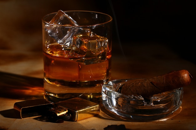 冷たいウイスキーと葉巻