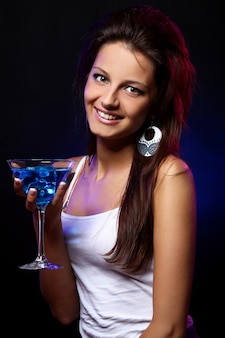 Молодая и красивая женщина в ночном клубе