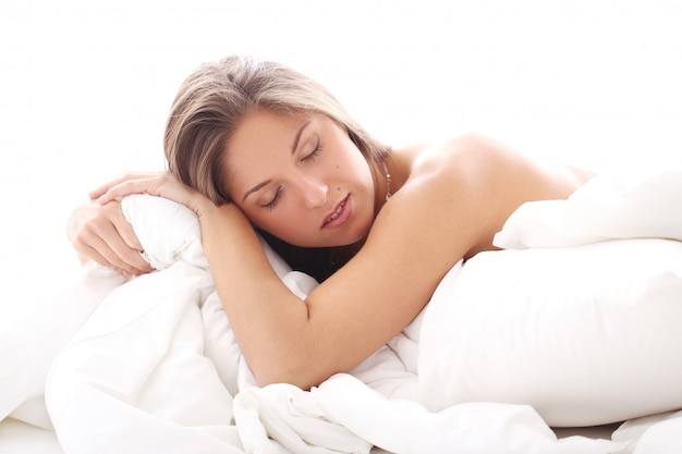 ベッドで寝ている美しい女性