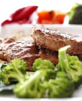 Вкусный стейк с овощами