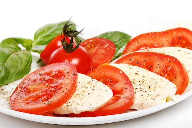 トマト、バジル、モッツァレラチーズ