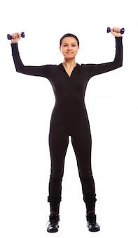 重みを持つフィットネス運動をしている美しい女性