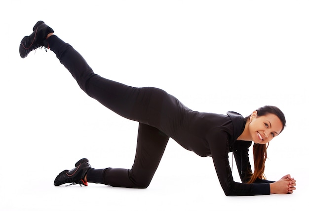 Красивая женщина делает упражнения фитнес