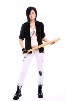 Молодая панк девочка с бейсбольной битой