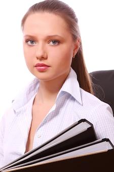 Молодая бизнес-леди с папками
