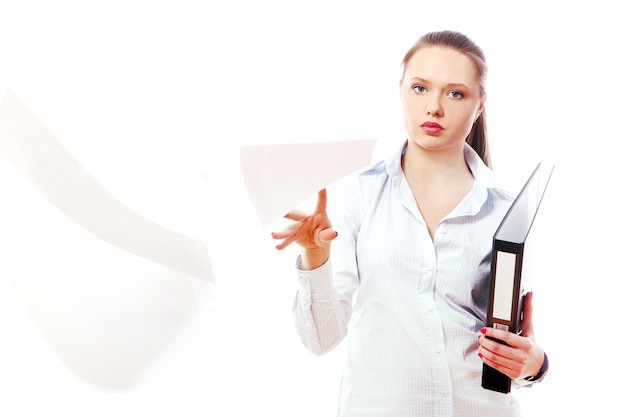 フォルダーを持つ若いビジネス女性
