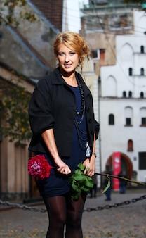 Красивая женщина на улице старого города