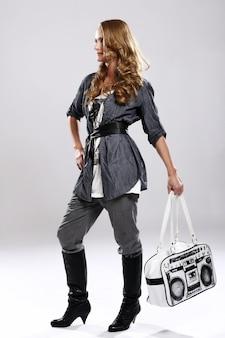 Стильная девушка с сумочкой