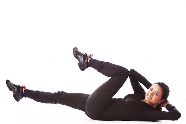 若い女性のフィットネス運動を行う