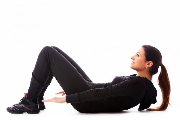 Молодая женщина делает упражнения фитнес