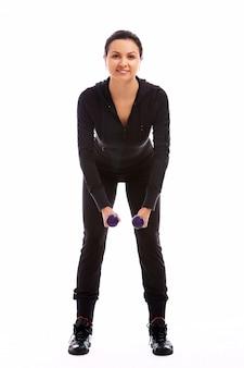 重みを持つフィットネス運動をしている女性