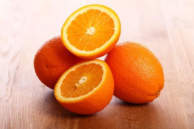 木の板に新鮮なオレンジ