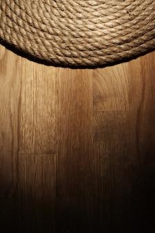 Старая веревка на деревянной поверхности