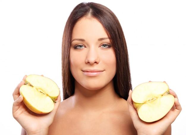 手でアップルと美しい女性