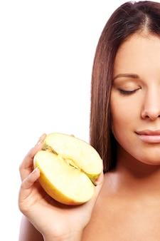 Красивая женщина с яблоком в руках