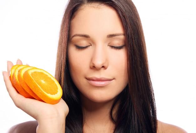 オレンジ色の手で美しい女性