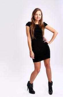 Красивая женщина в черном платье