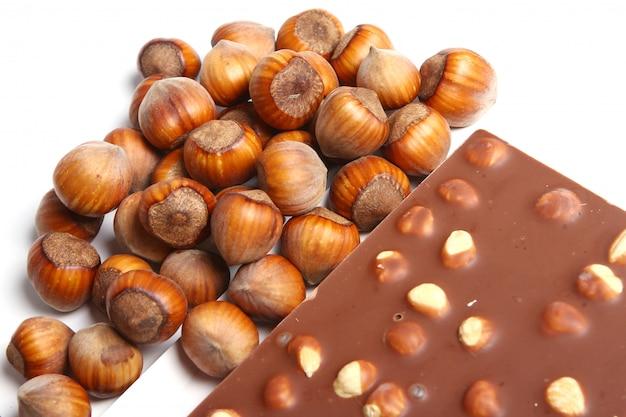 ヘーゼルナッツとおいしいチョコレートのクローズアップ