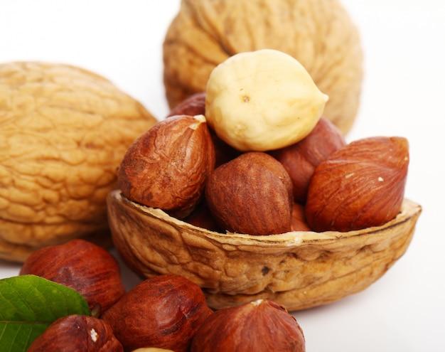 Свежий грецкий орех с листьями и лесными орехами