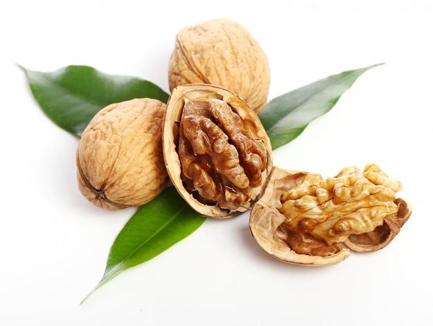 Свежий грецкий орех с листьями