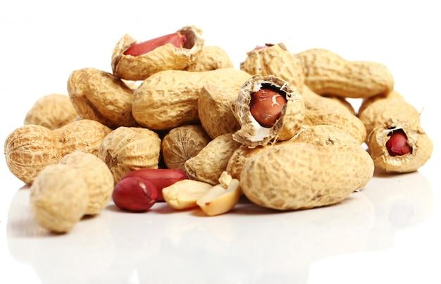白の新鮮なピーナッツ