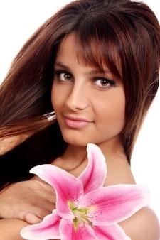 ユリの花を持つ若くて美しい女性