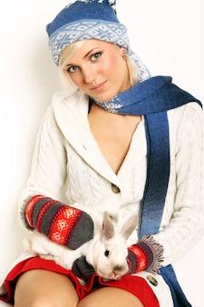 Красивая женщина и милый кролик