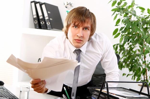 彼のオフィスで怒っている実業家